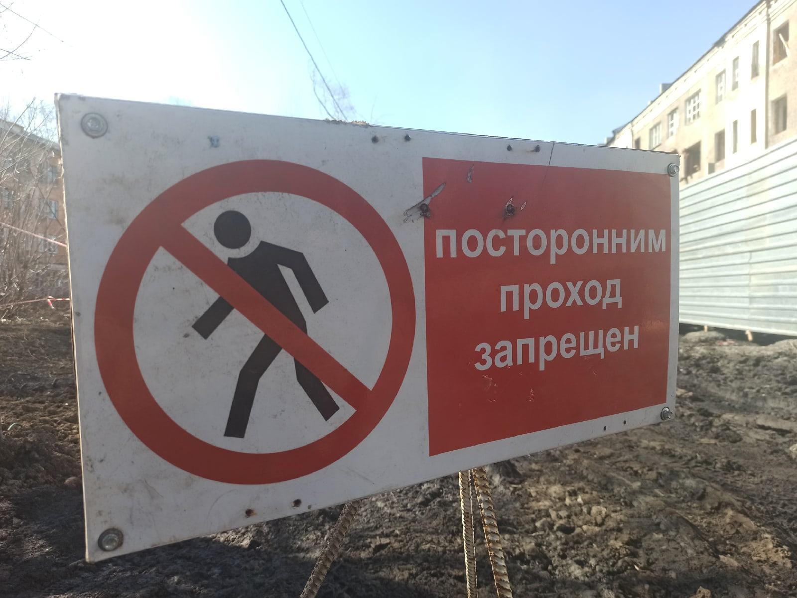 фото Опасный аварийный дом начали сносить под Новосибирском – он простоял пустым два года 3