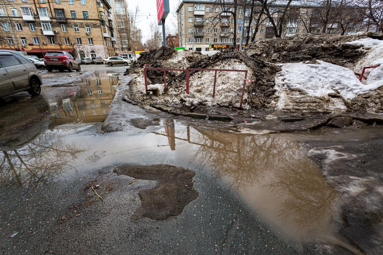 Фото Утекай: долгожданная весна превратила Новосибирск в город огромных луж 5