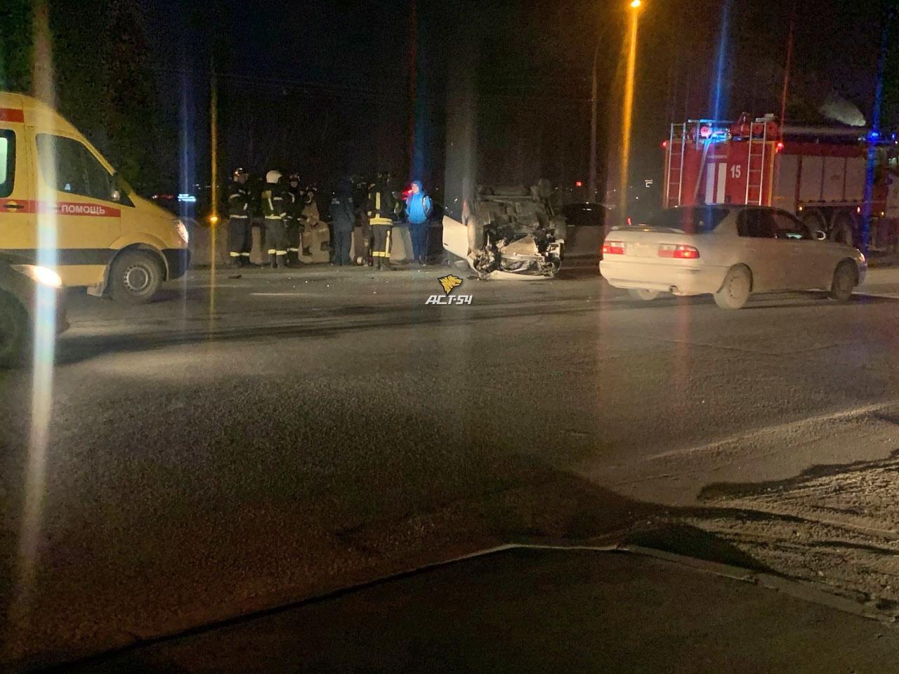 фото Иномарка улеглась на крышу на дамбе Димитровского моста в Новосибирске – пострадала женщина 2