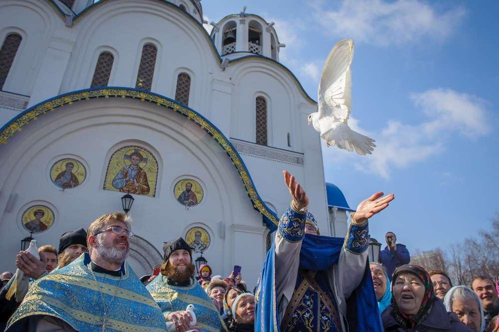 фото Священник призвал россиян отказаться от целования икон в храмах на Благовещение 3