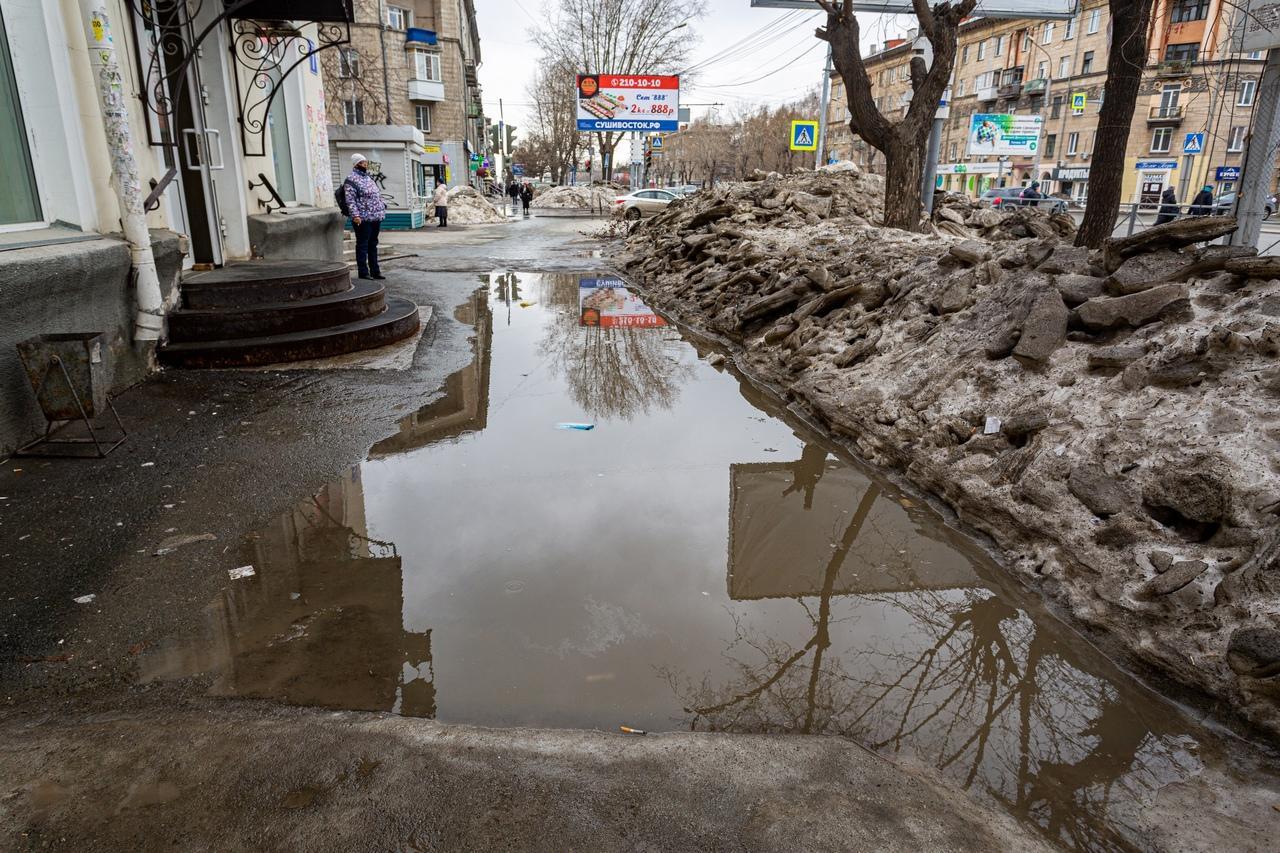 Фото Утекай: долгожданная весна превратила Новосибирск в город огромных луж 6