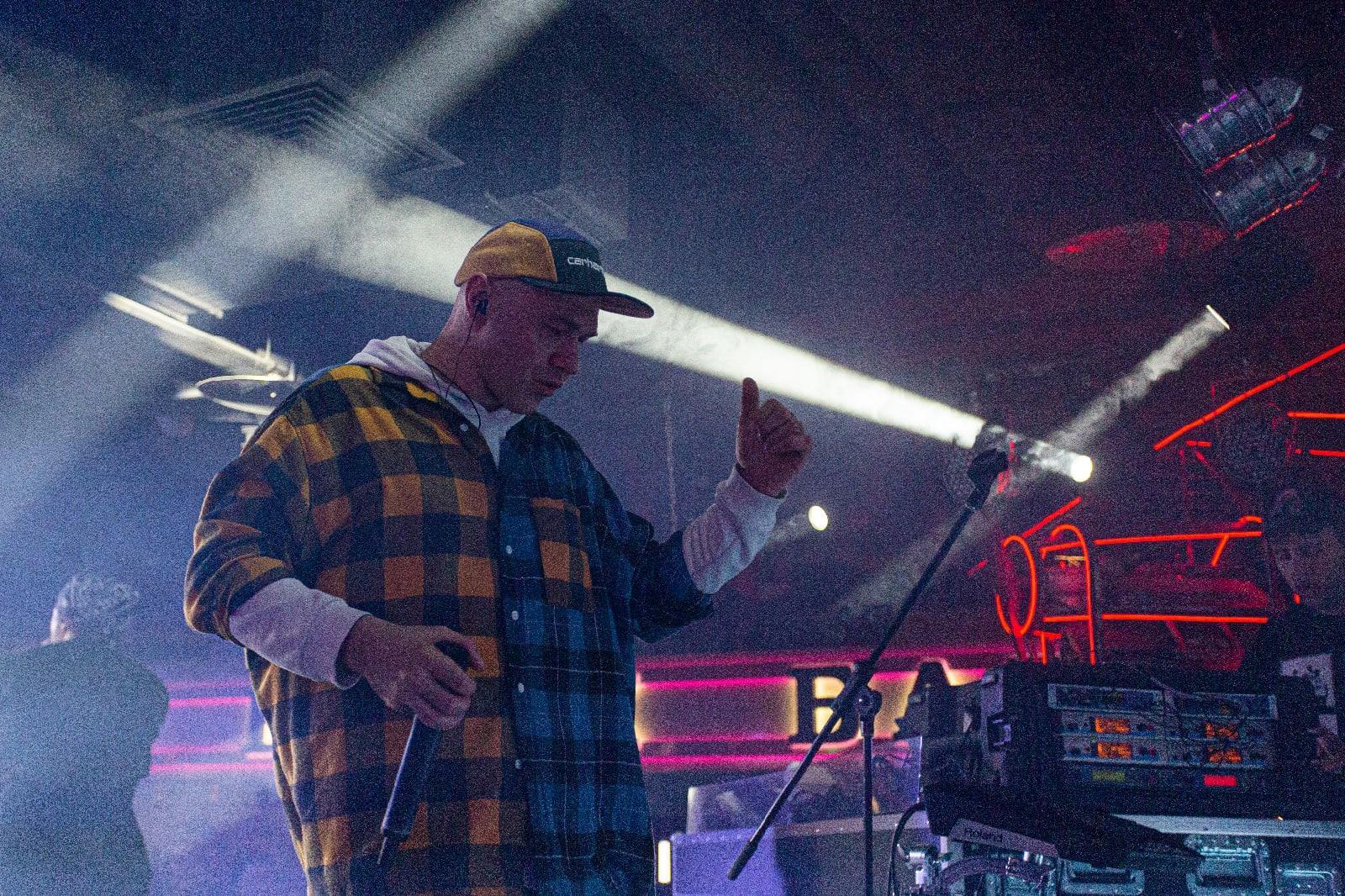 фото «Какие-то типы качают головой в ритм»: группа «Каста» выступила в Новосибирске – 10 фото с долгожданного концерта 10
