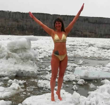 Фото Экстремальную фотосессию в купальнике на плывущей льдине устроила жительница Кузбасса 2