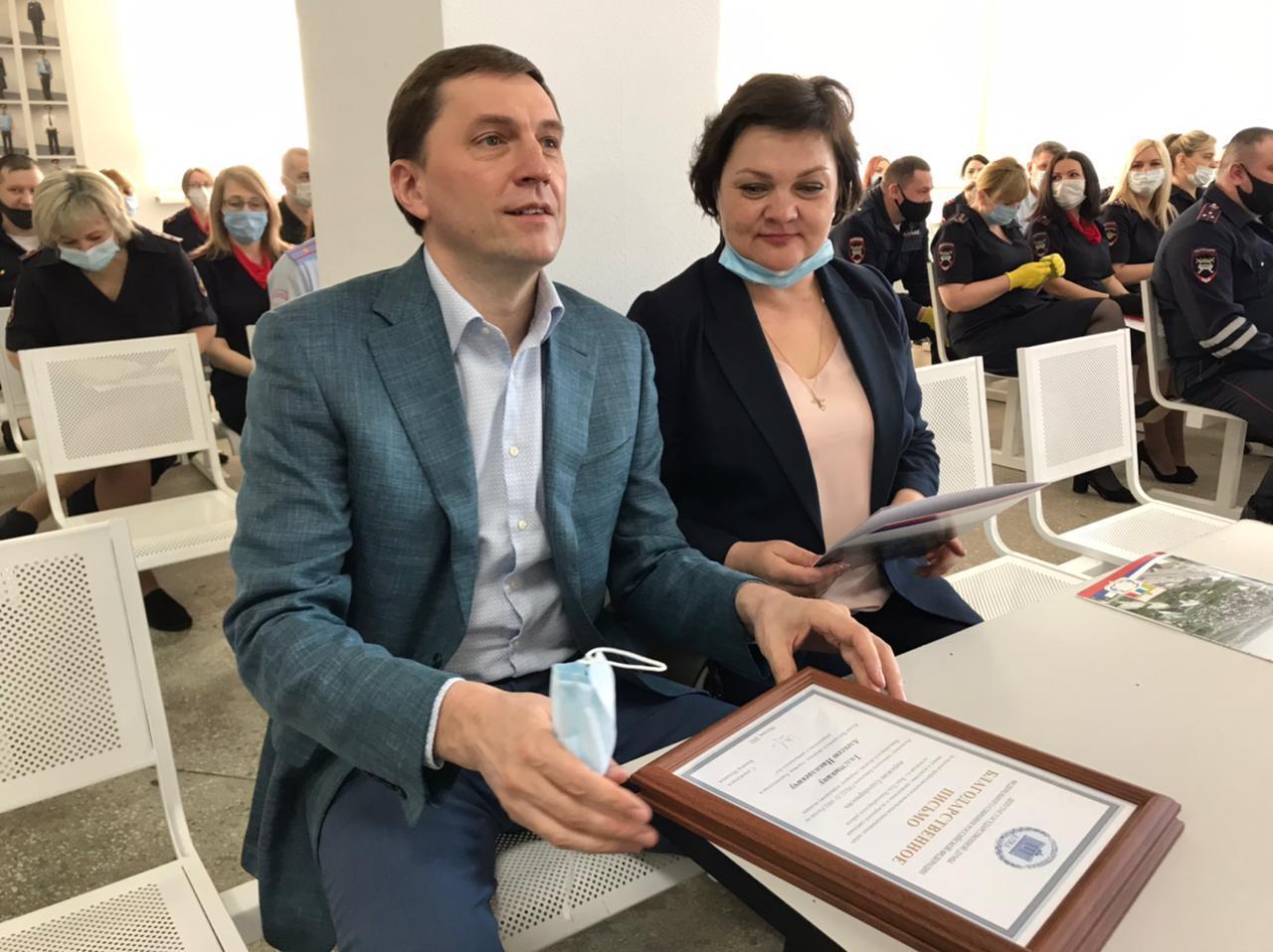 фото В Новосибирске наградили инспекторов ГИБДД за спасение шести человек 2