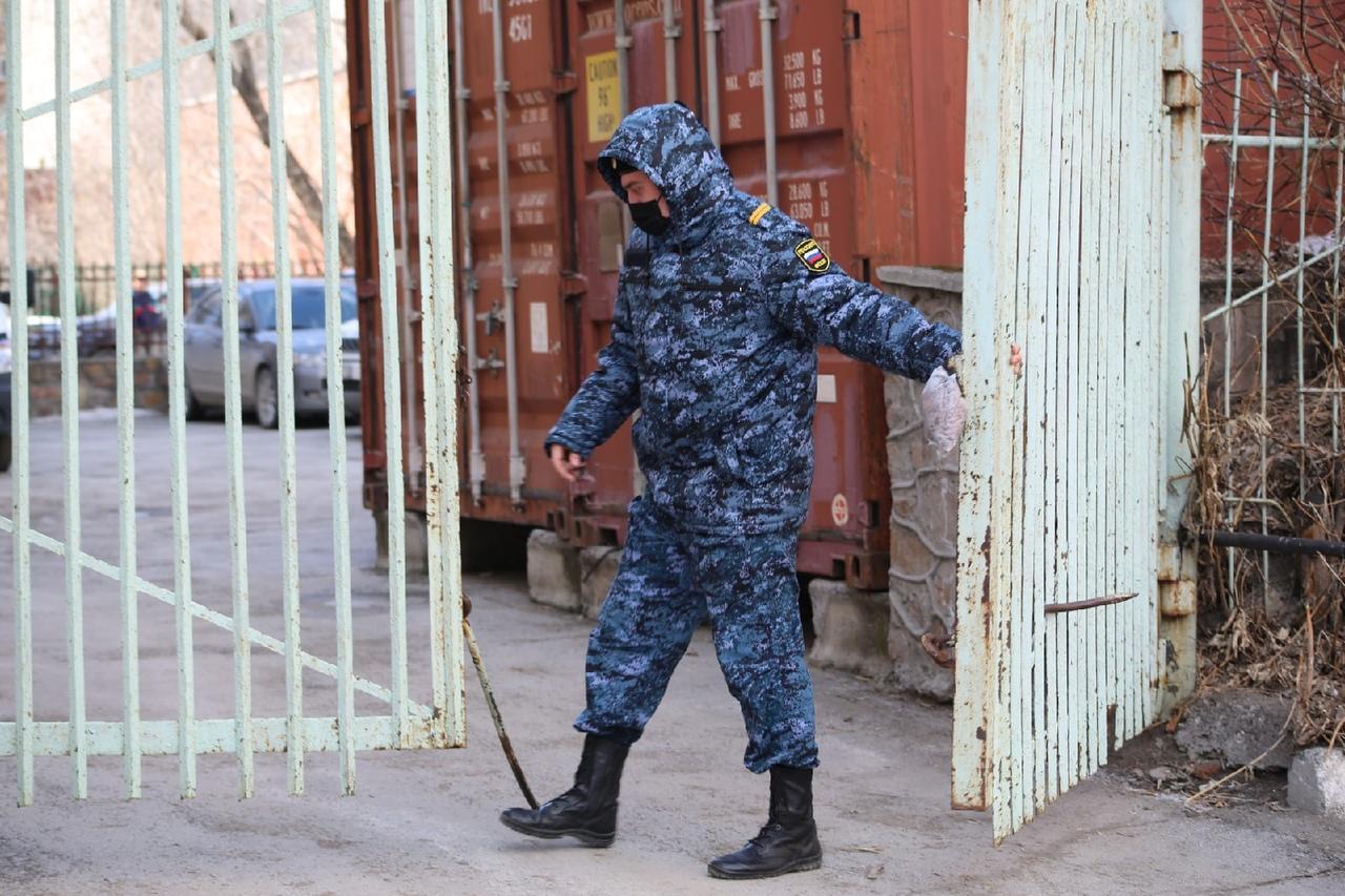 фото Появились фото с места смертельного задержания возле суда в Новосибирске 6