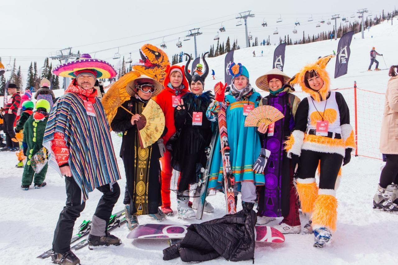 Фото Лыжницы в чулках и с наручниками спустились со снежного склона на фестивале Grelkafest в Шерегеше 6