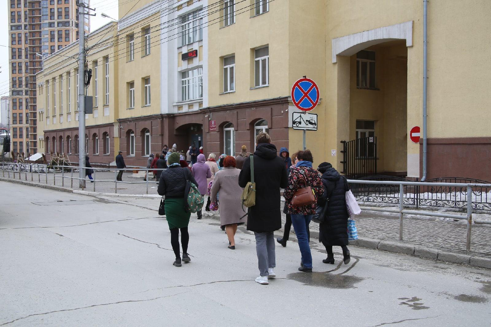 фото Учителям разрешили вернуться в школу после эвакуации в Новосибирске 2