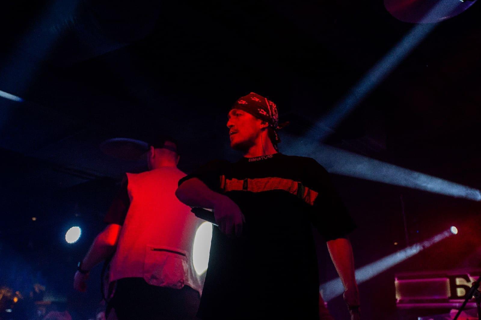 фото «Какие-то типы качают головой в ритм»: группа «Каста» выступила в Новосибирске – 10 фото с долгожданного концерта 4