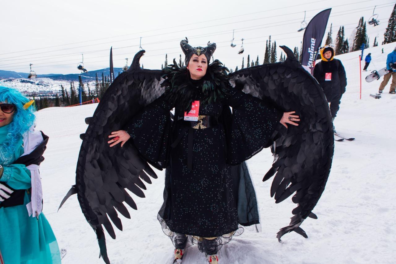 Фото Лыжницы в чулках и с наручниками спустились со снежного склона на фестивале Grelkafest в Шерегеше 5