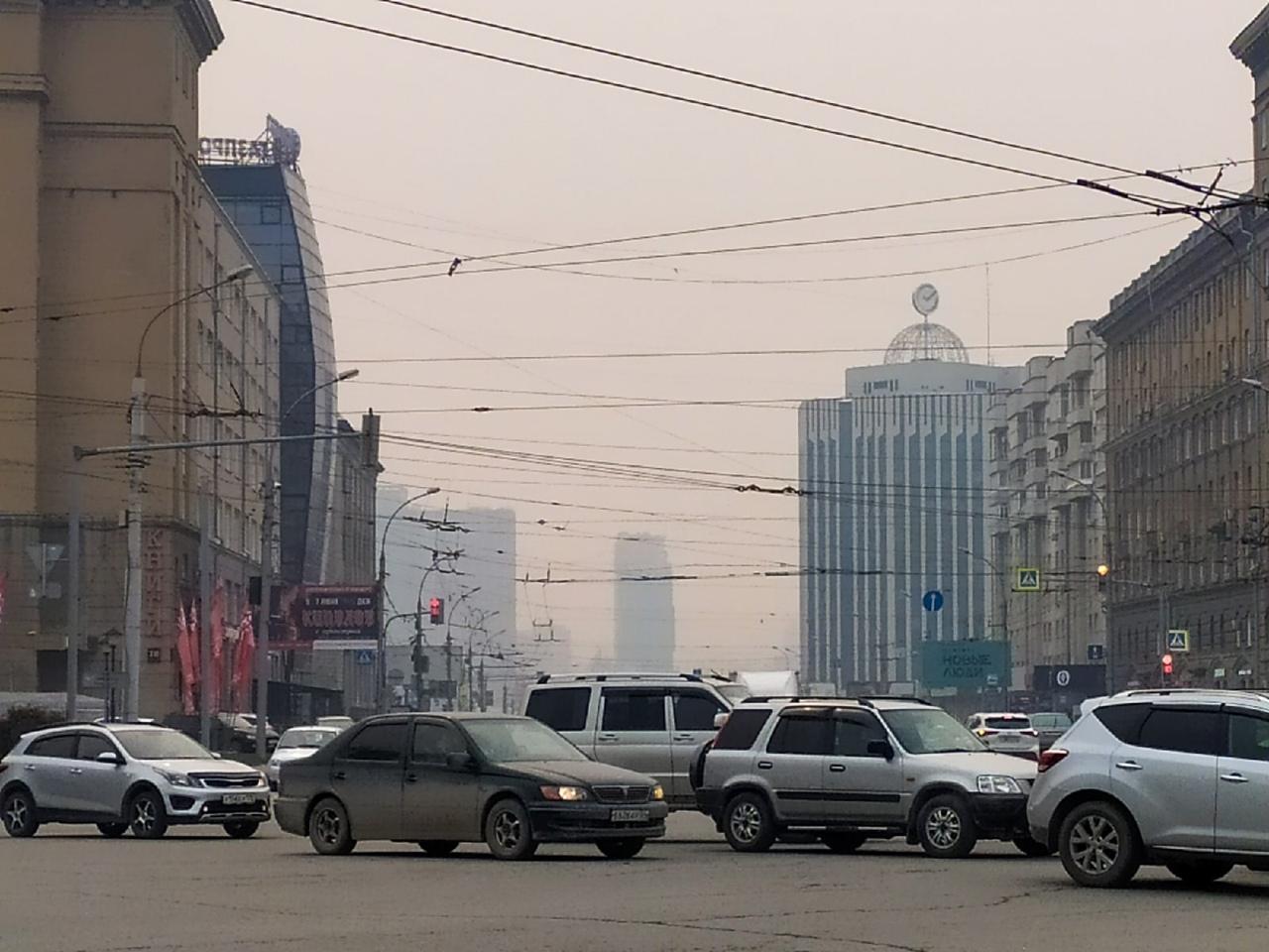 фото «Пыль столбом стоит – штрафовать нужно за такое»: 10 фото утонувшего в дыму Новосибирска 5