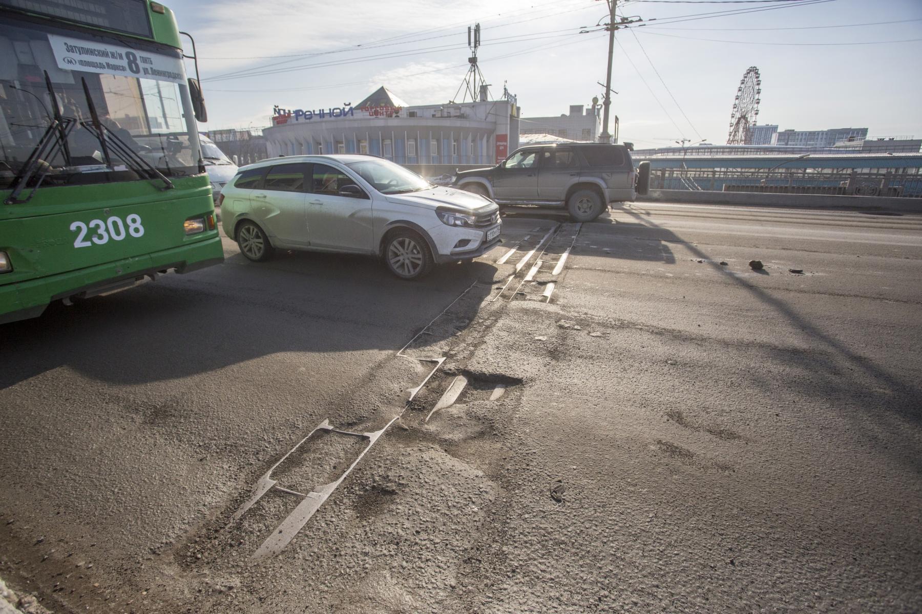 фото «Угадай, в какой луже яма»: состояние дорог в Новосибирске доводит водителей до нецензурщины 6