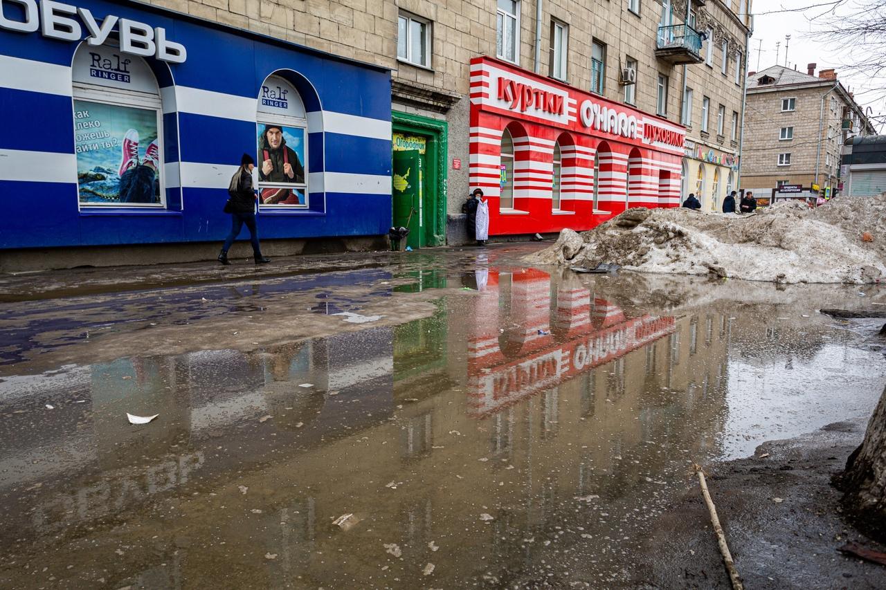 Фото Утекай: долгожданная весна превратила Новосибирск в город огромных луж 7