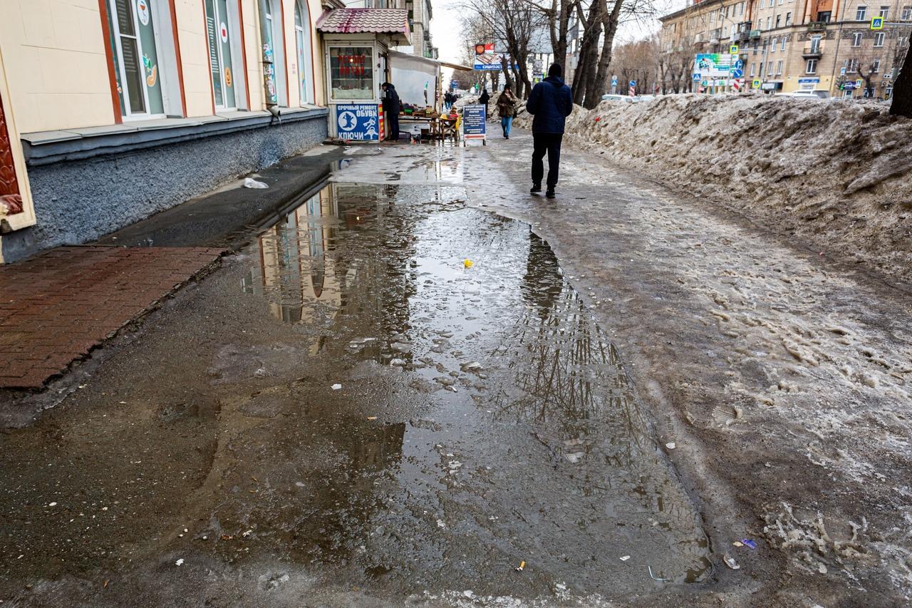 Фото Утекай: долгожданная весна превратила Новосибирск в город огромных луж 13