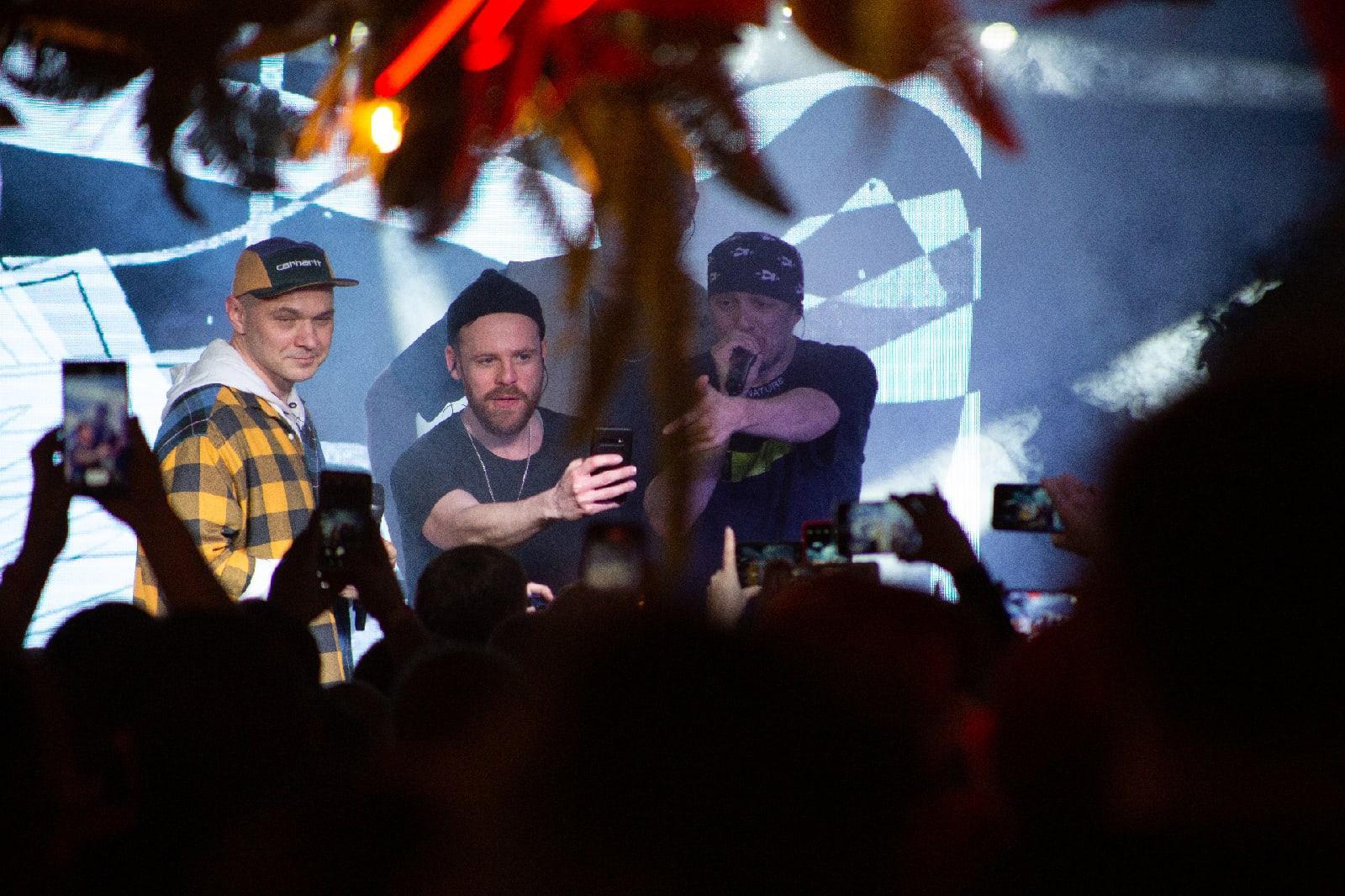 фото «Какие-то типы качают головой в ритм»: группа «Каста» выступила в Новосибирске – 10 фото с долгожданного концерта 8