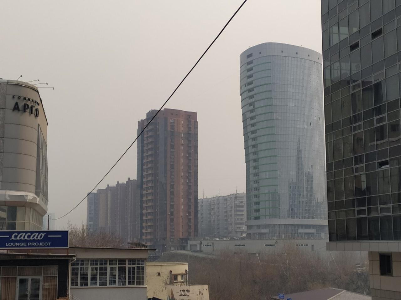 фото «Пыль столбом стоит – штрафовать нужно за такое»: 10 фото утонувшего в дыму Новосибирска 8