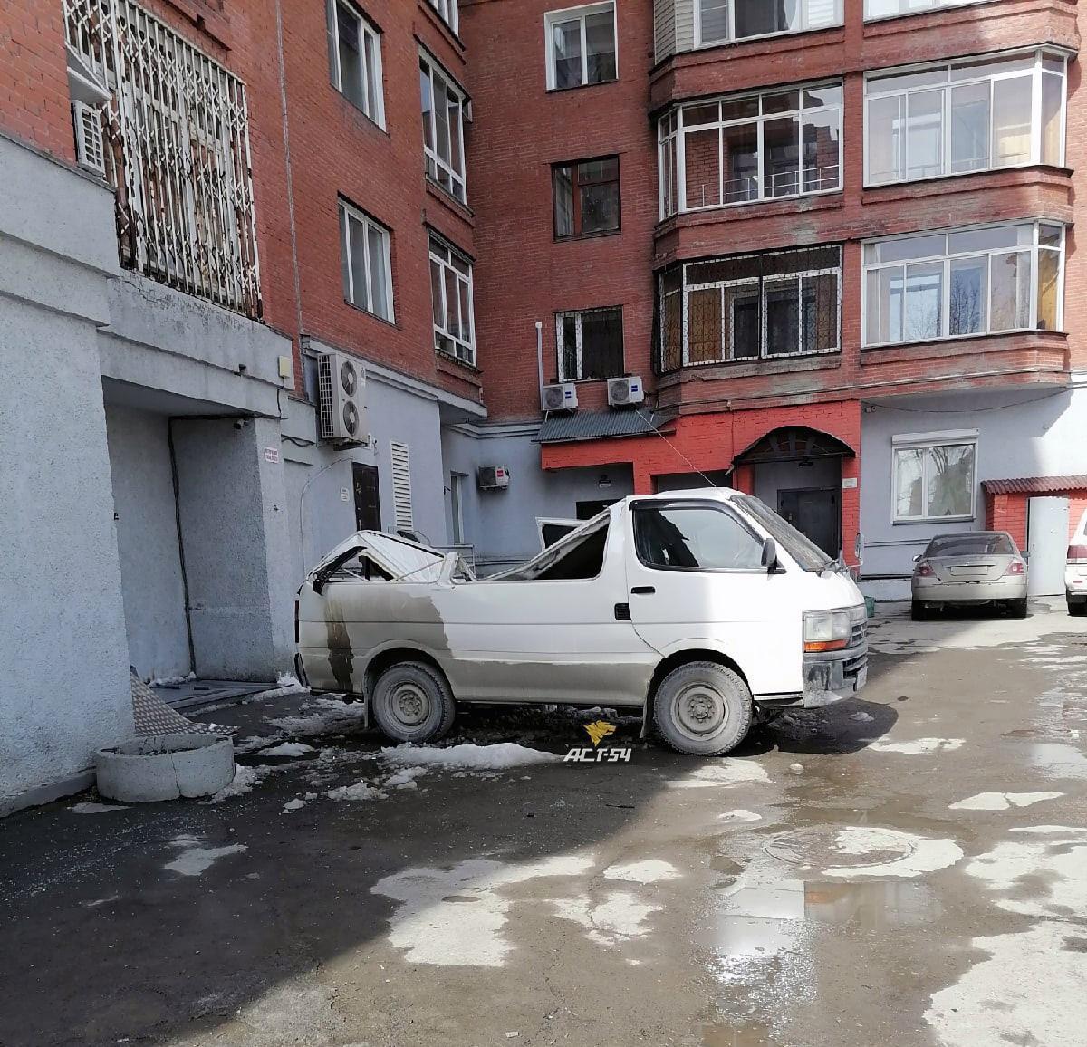 Фото Ещё одной машине снесло крышу упавшим снегом в Новосибирске 2