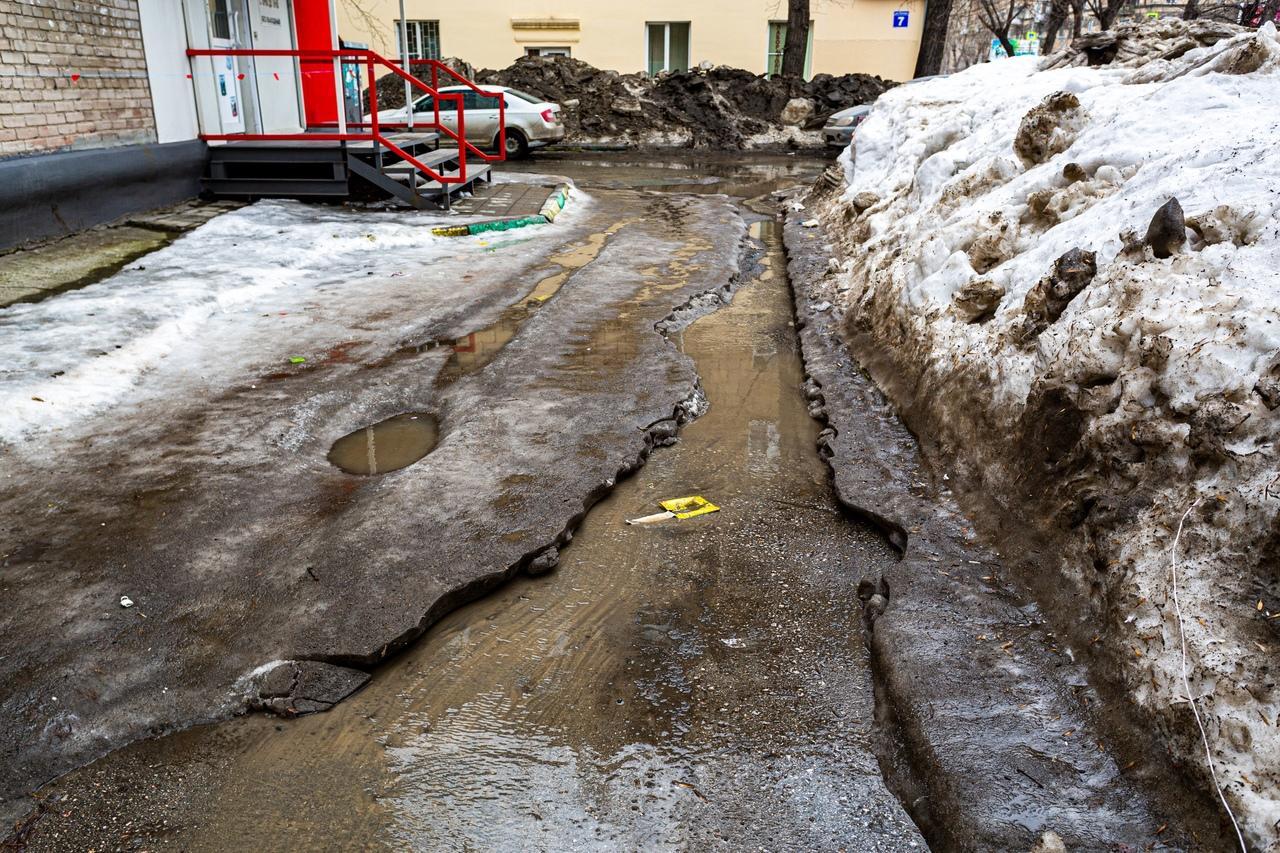 Фото Утекай: долгожданная весна превратила Новосибирск в город огромных луж 10