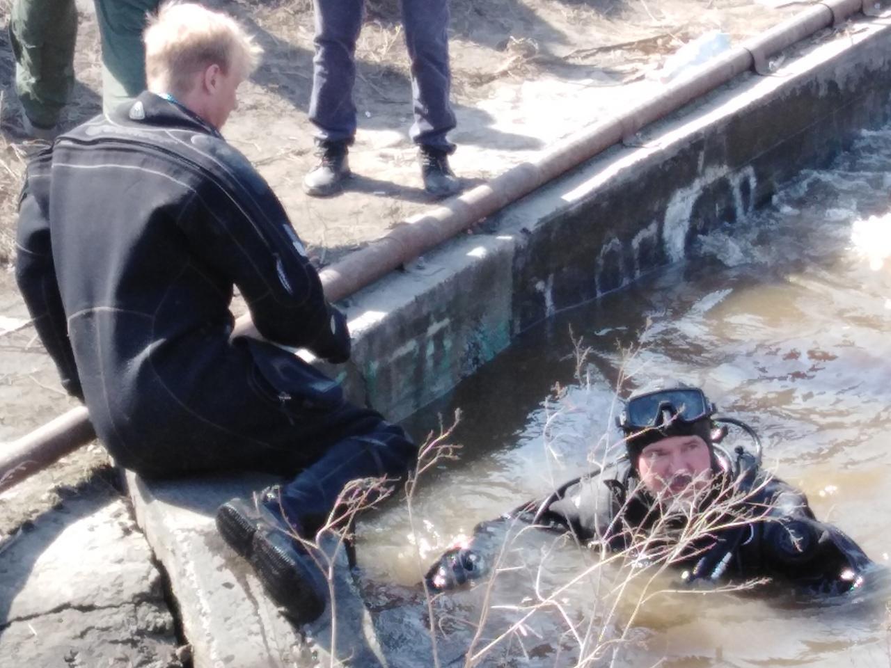 фото Детский ботинок нашли водолазы в месте пропажи 6-летнего мальчика под Новосибирском 3