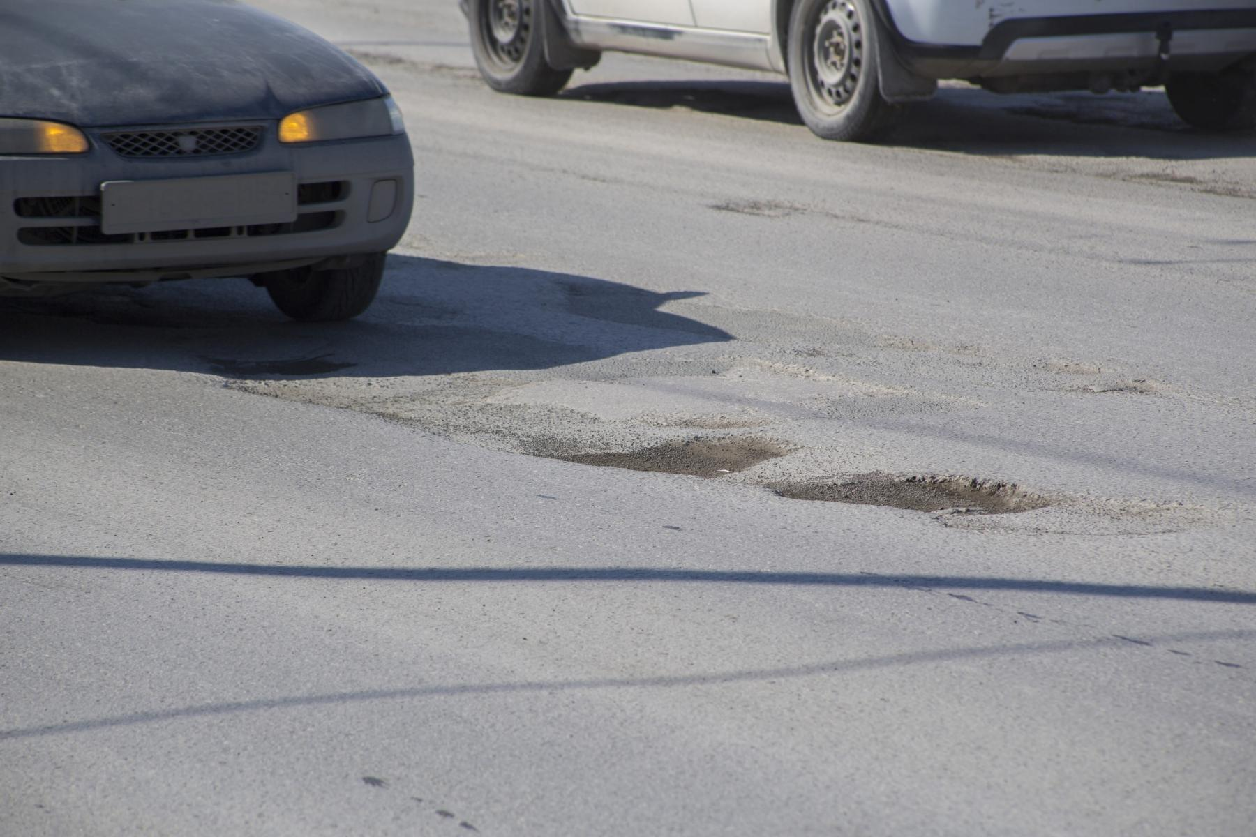 фото «Угадай, в какой луже яма»: состояние дорог в Новосибирске доводит водителей до нецензурщины 3