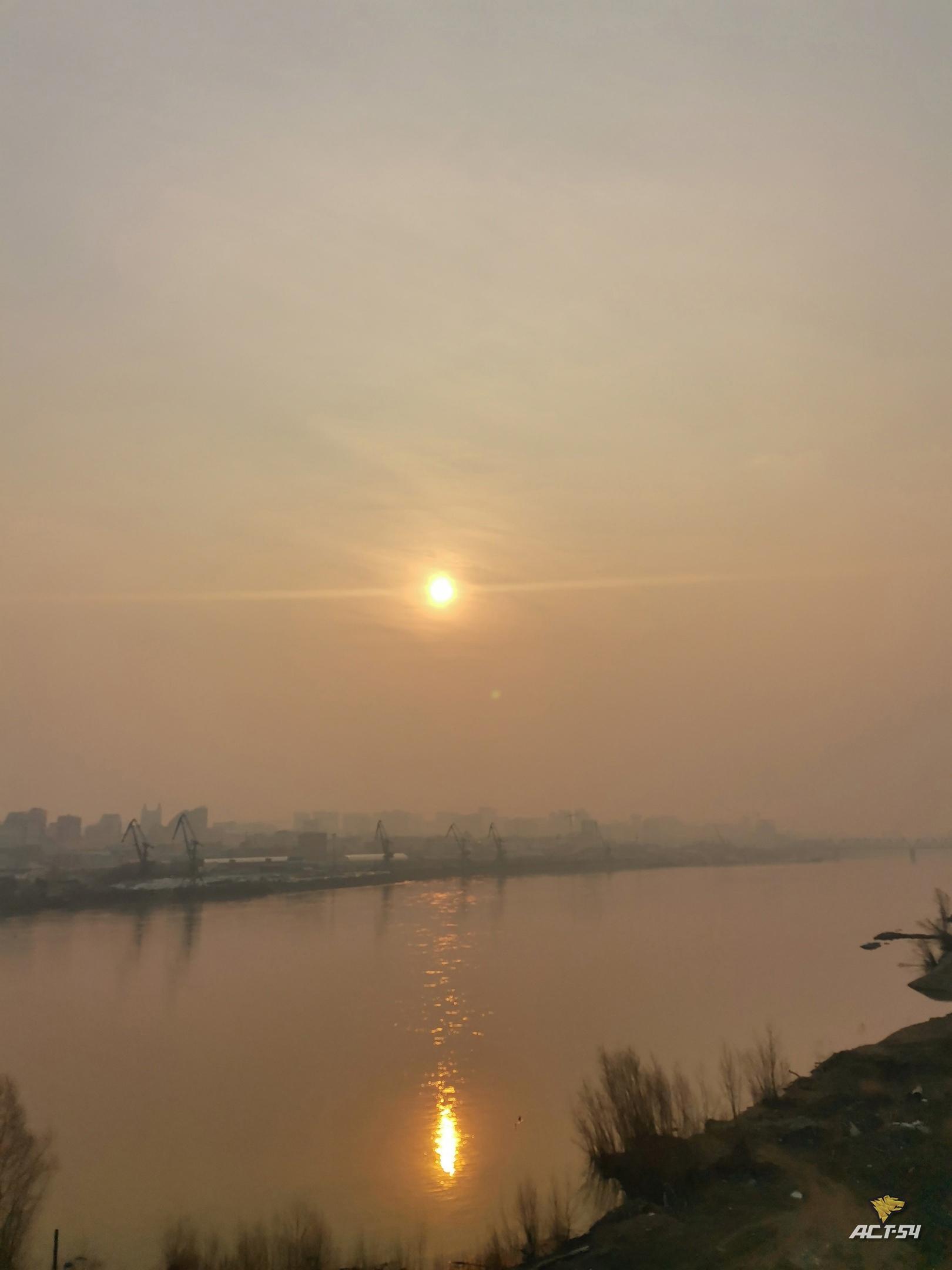 фото Смог над Новосибирском окрасил солнце в красно-оранжевый цвет 27 апреля 3