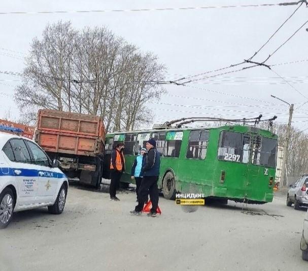 фото Троллейбус и КамАЗ не поделили дорогу в Новосибирске 2