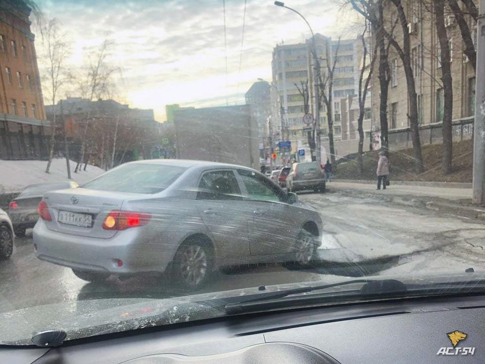 фото В Новосибирске на улице Писарева провалился асфальт 2