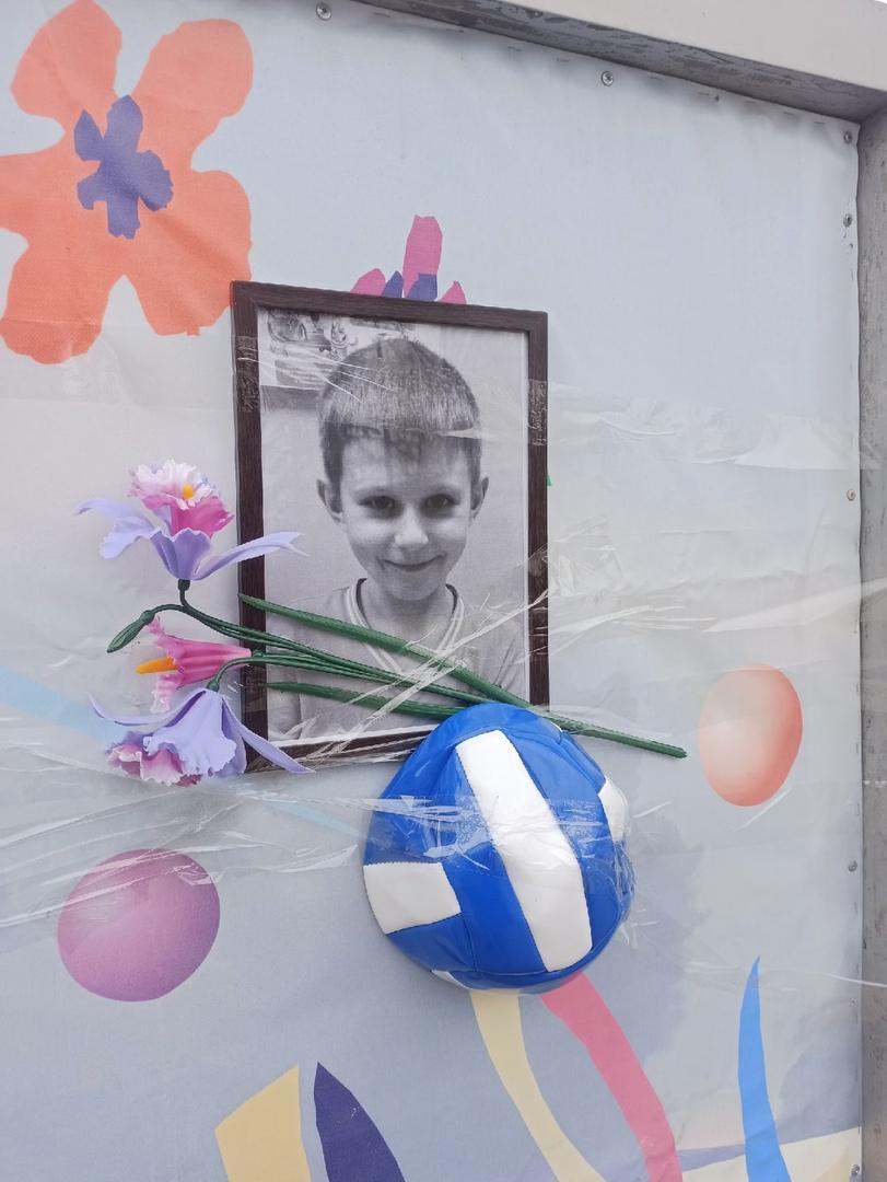 фото Стихийный мемориал в память об утонувшем 6-летнем мальчике появился под Новосибирском 2