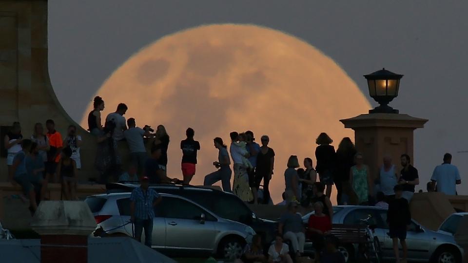 фото Небывалое суперлуние в апреле-2021: кровавая Луна «растерзает» жителей Сибири 3