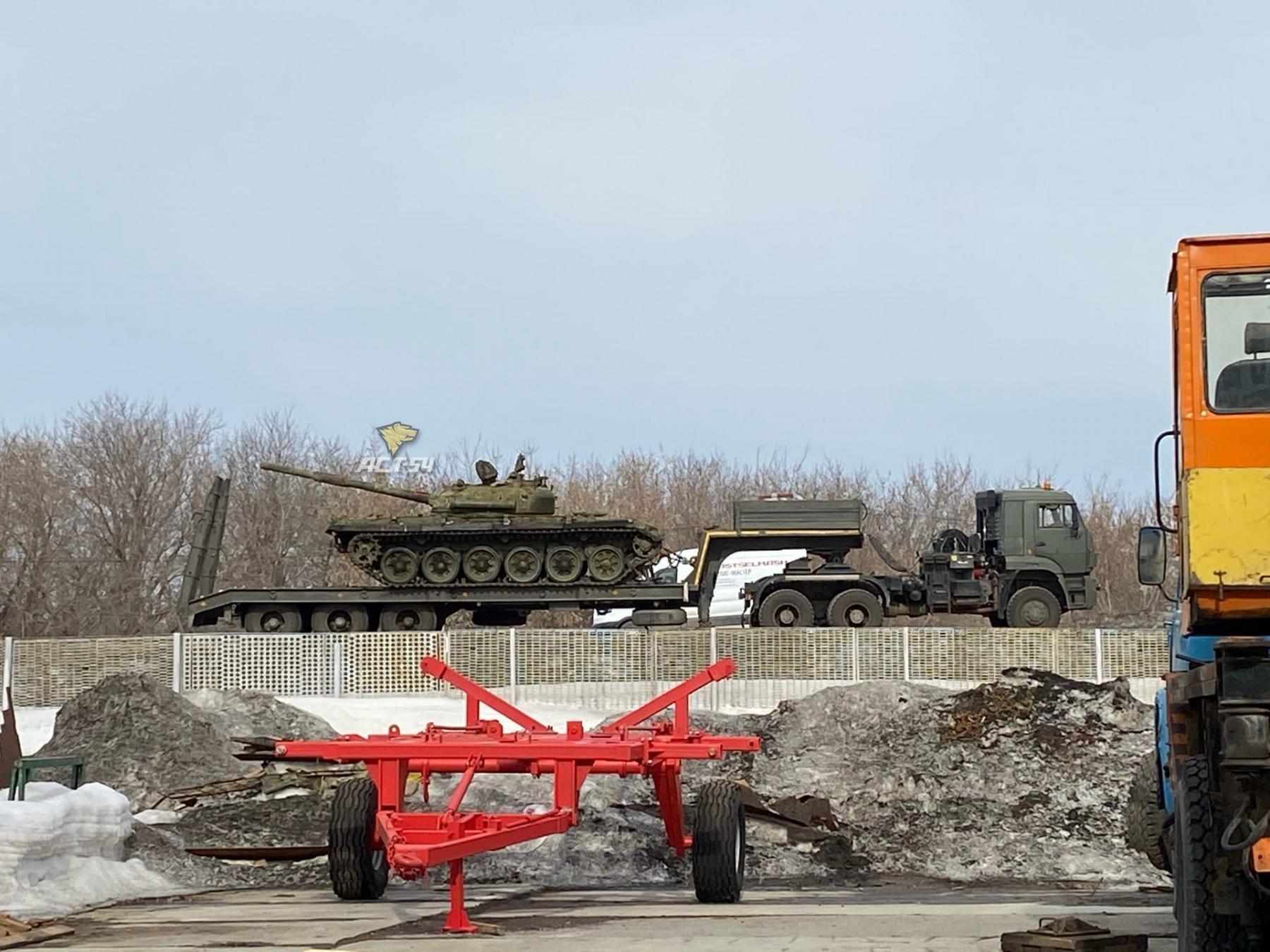 фото «Скажите спасибо, что не выстрелил»: танк дулом повредил фуру под Новосибирском 3