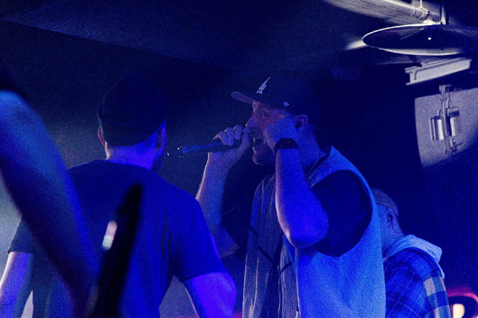 фото «Какие-то типы качают головой в ритм»: группа «Каста» выступила в Новосибирске – 10 фото с долгожданного концерта 7