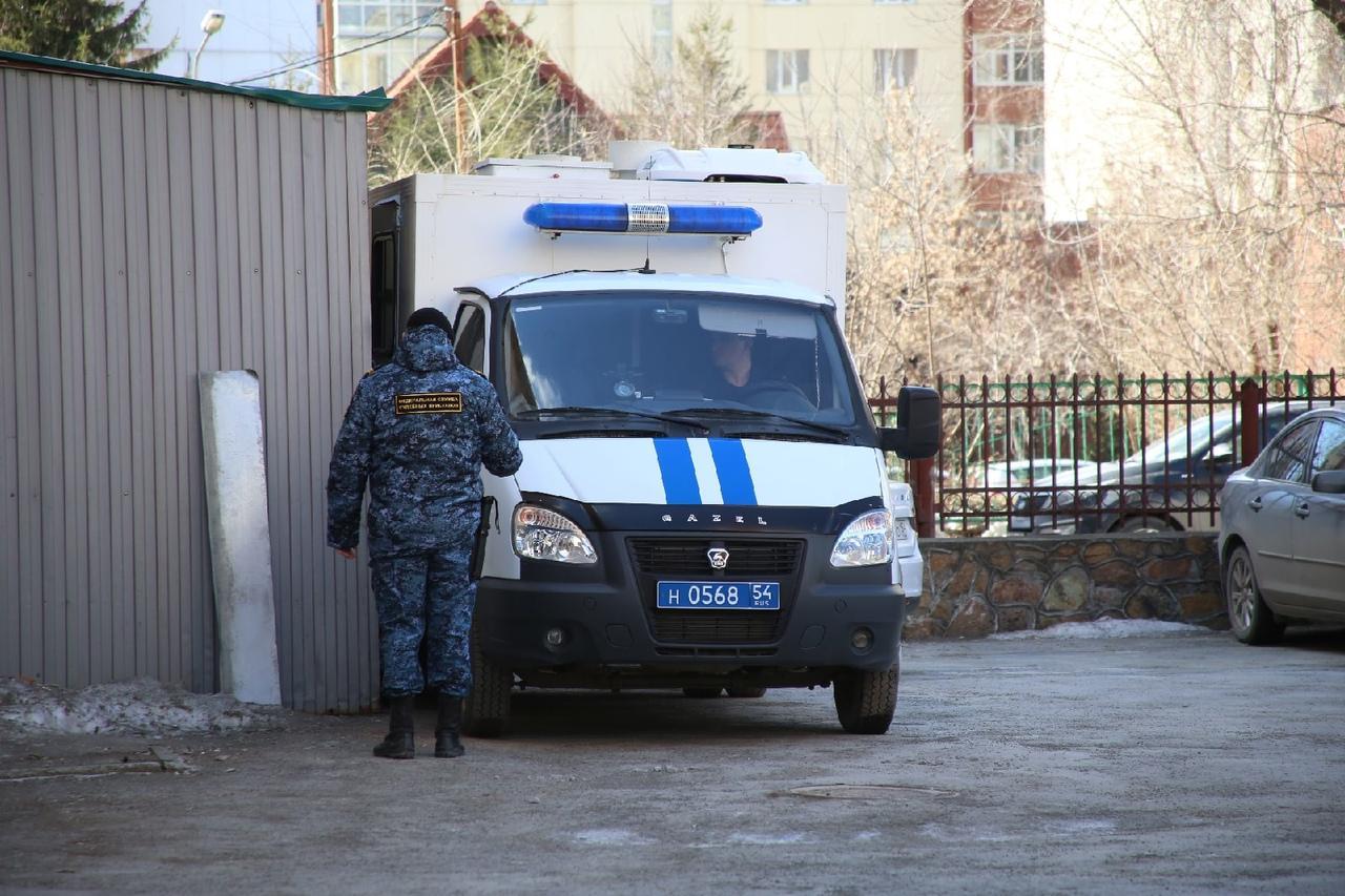 фото Появились фото с места смертельного задержания возле суда в Новосибирске 3