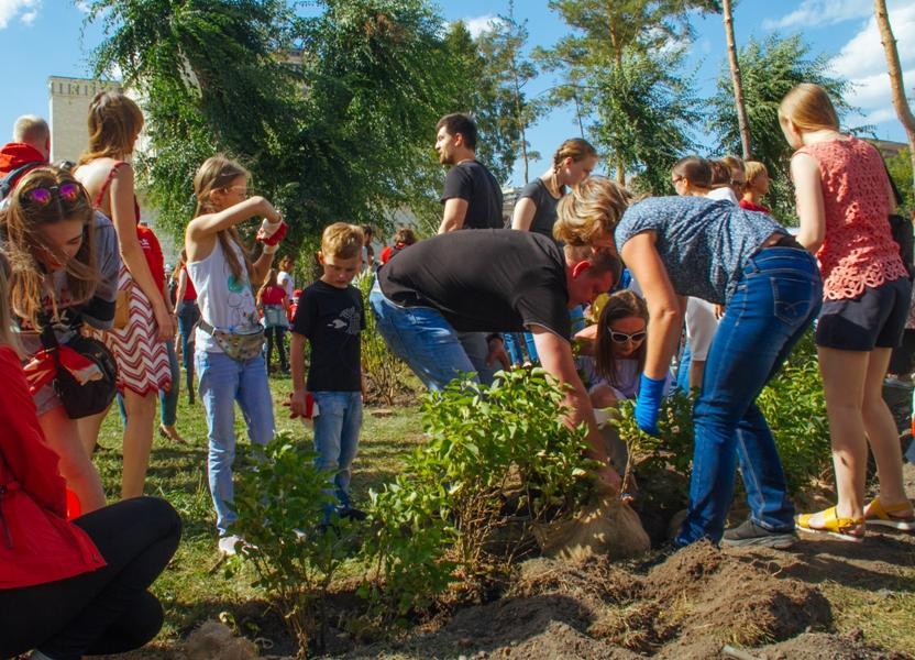 Фото Новосибирцы преобразили сквер за НОВАТом в рамках акции «Посади своё дерево» 5