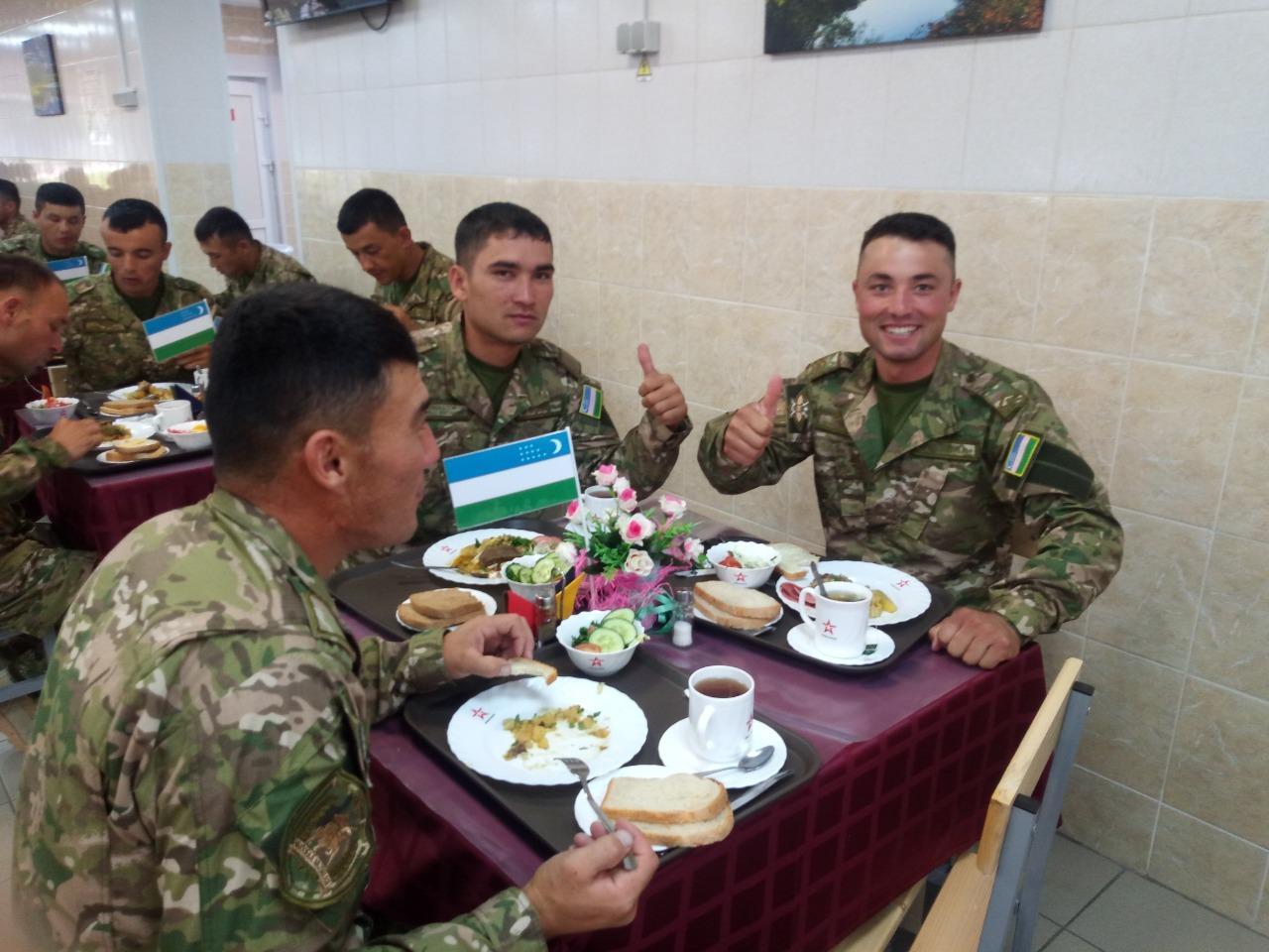 фото Военнослужащие из Узбекистана накормили пловом своих соперников 2