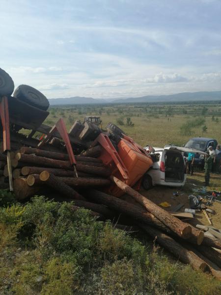 фото Пункт назначения: водитель лесовоза устроил ДТП на сибирской трассе 2