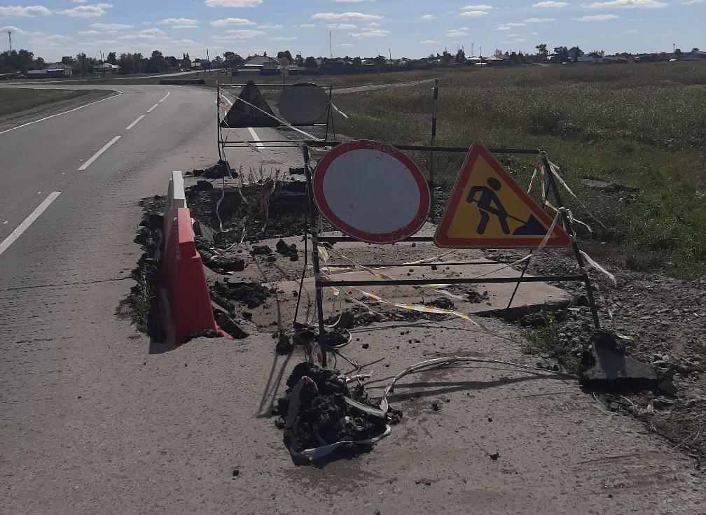 фото «Картина не меняется»: в новосибирском селе уже полгода не могут отремонтировать дорожную яму 2