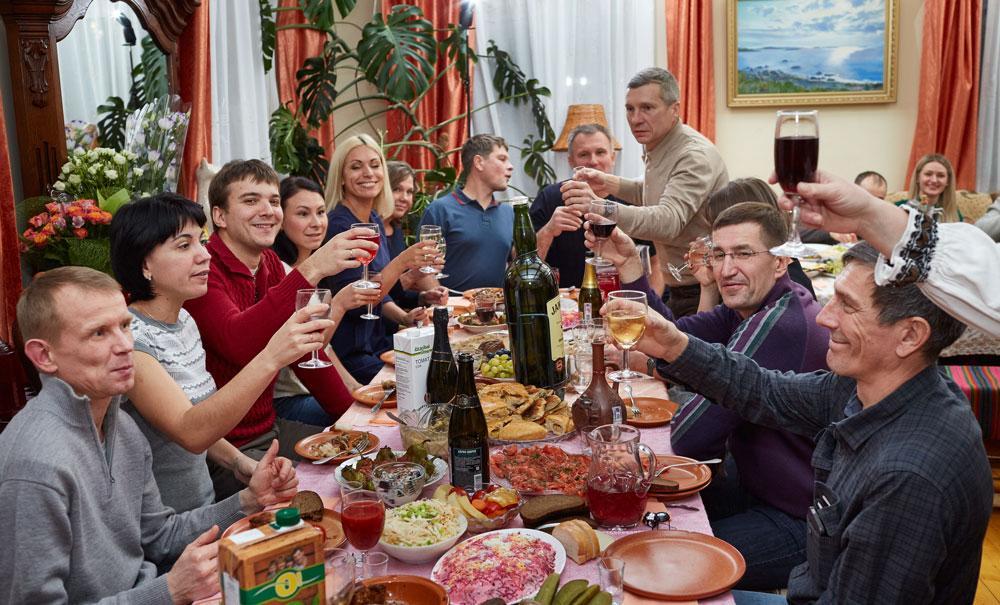 Фото Курят, пьют, морально разлагаются: Роспотребнадзор назвал регионы, где россияне сильнее всего вредят здоровью своим образом жизни 3