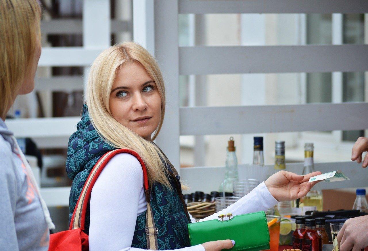 фото «На счету меньше 30 тысяч»: россиянам с низким уровнем дохода предлагают выплатить пособия 2