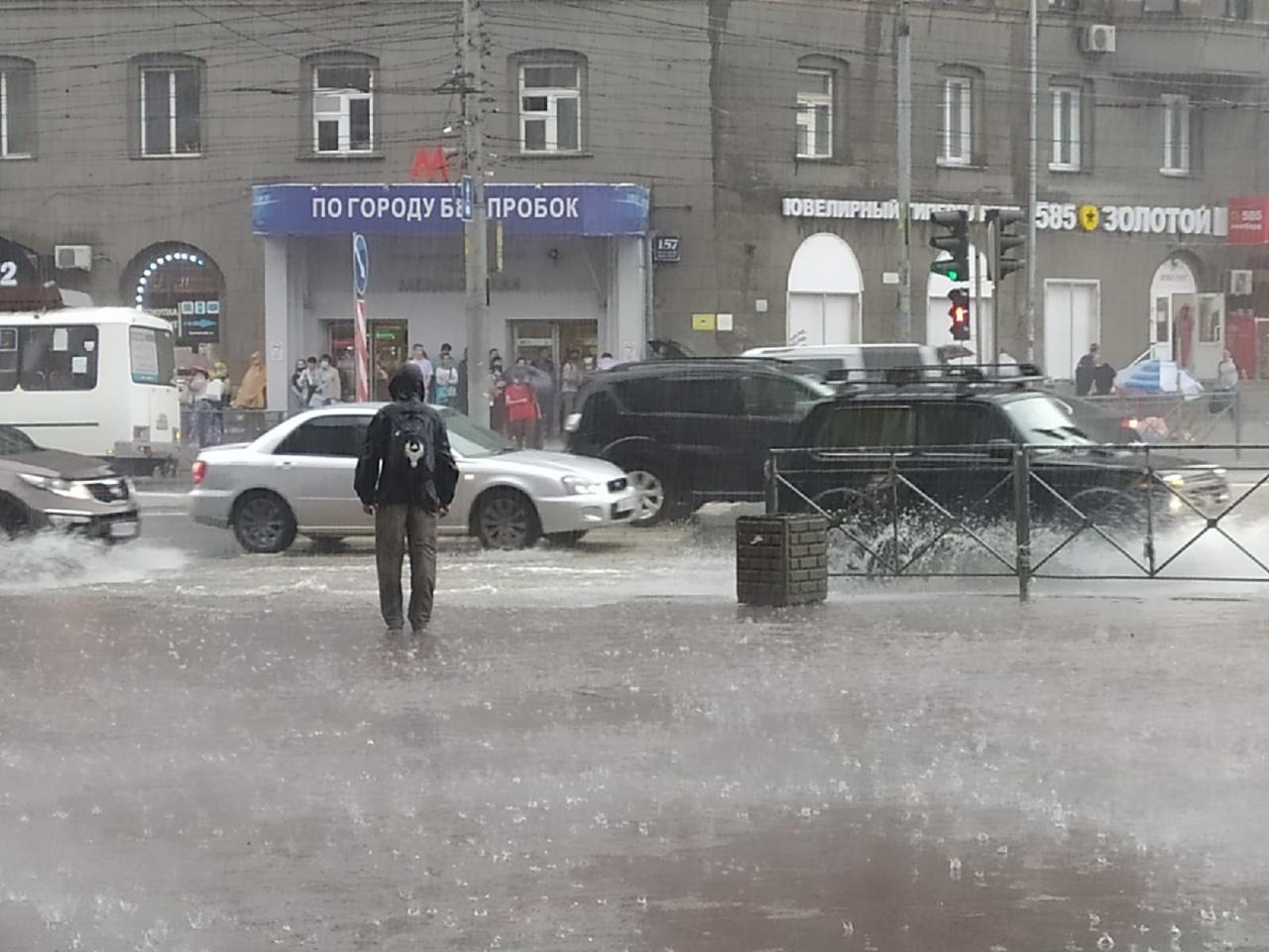 Фото Мощный ливень загнал новосибирцев в подземные переходы 3