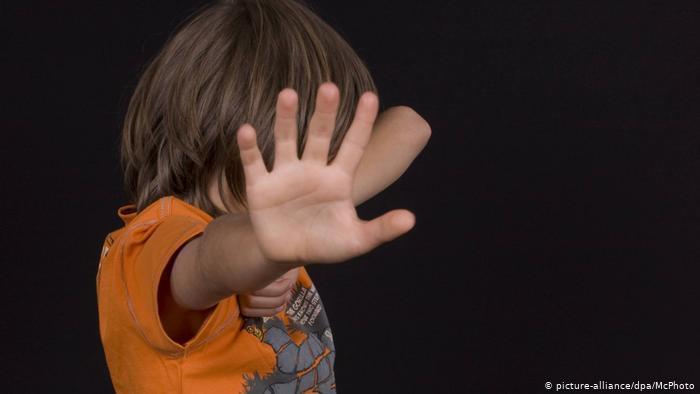 Фото Убил вешалкой, швырнул головой об пол, замучил голыми руками: почему отчимы истязают неродных детей в Новосибирской области 2