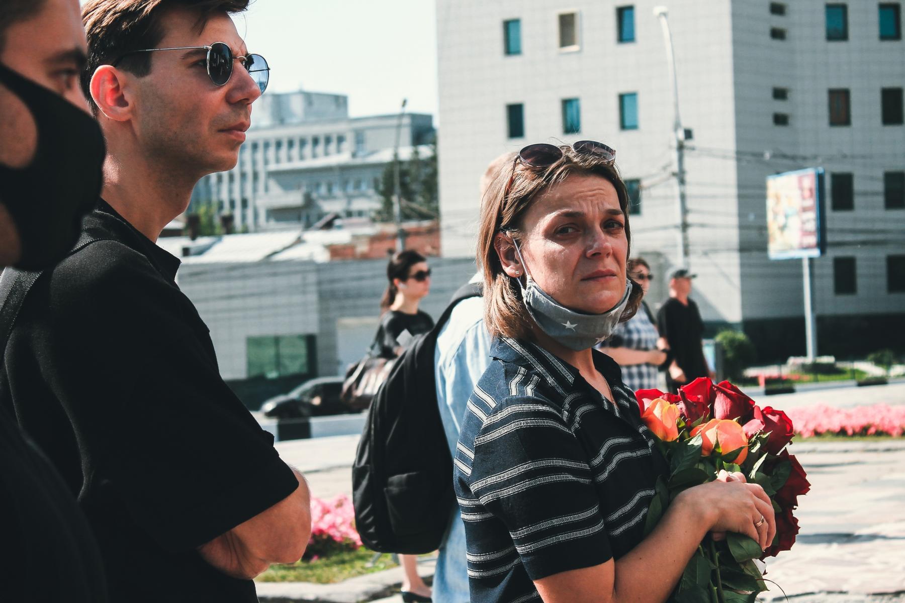Фото Финальные аплодисменты: как новосибирцы простились с актёром театра «Глобус» Лаврентием Сорокиным (фоторепортаж) 7