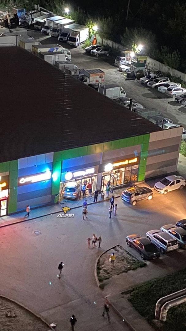 Фото Водитель Lexus протаранил витрину «Пятёрочки» в Новосибирске 2