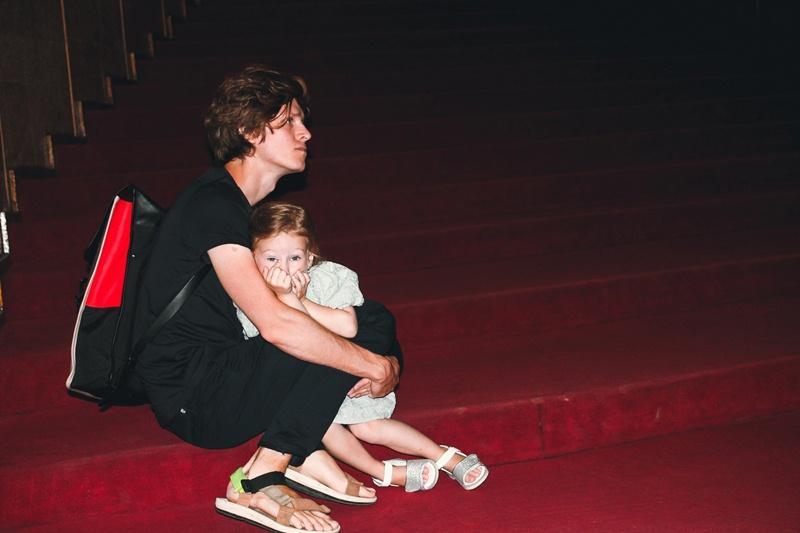 Фото Финальные аплодисменты: как новосибирцы простились с актёром театра «Глобус» Лаврентием Сорокиным (фоторепортаж) 13