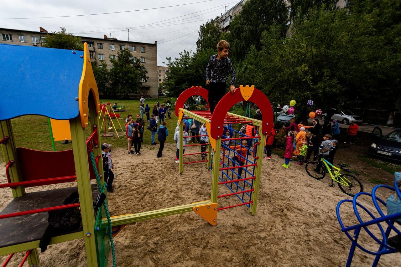 Фото На улице Забалуева в Новосибирске открыли новую детскую площадку 2