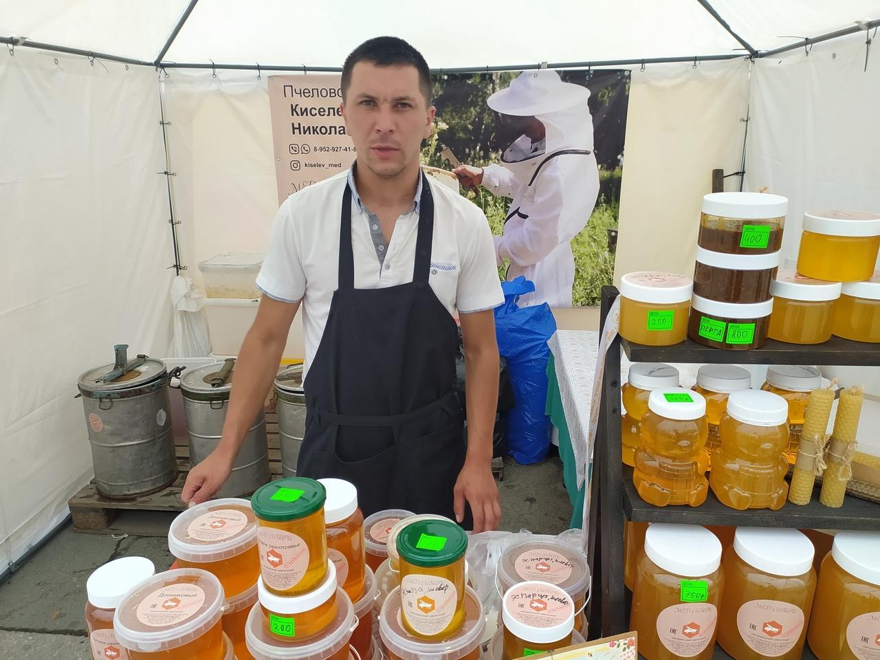 Фото Лизнуть и поставить на весы: в Новосибирске пасечники раскрыли секреты настоящего мёда 8