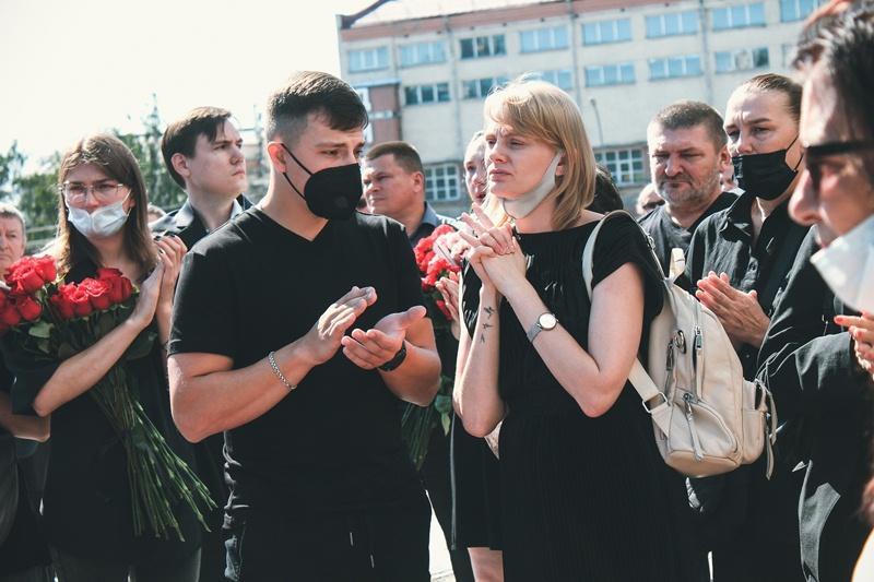 Фото Финальные аплодисменты: как новосибирцы простились с актёром театра «Глобус» Лаврентием Сорокиным (фоторепортаж) 16