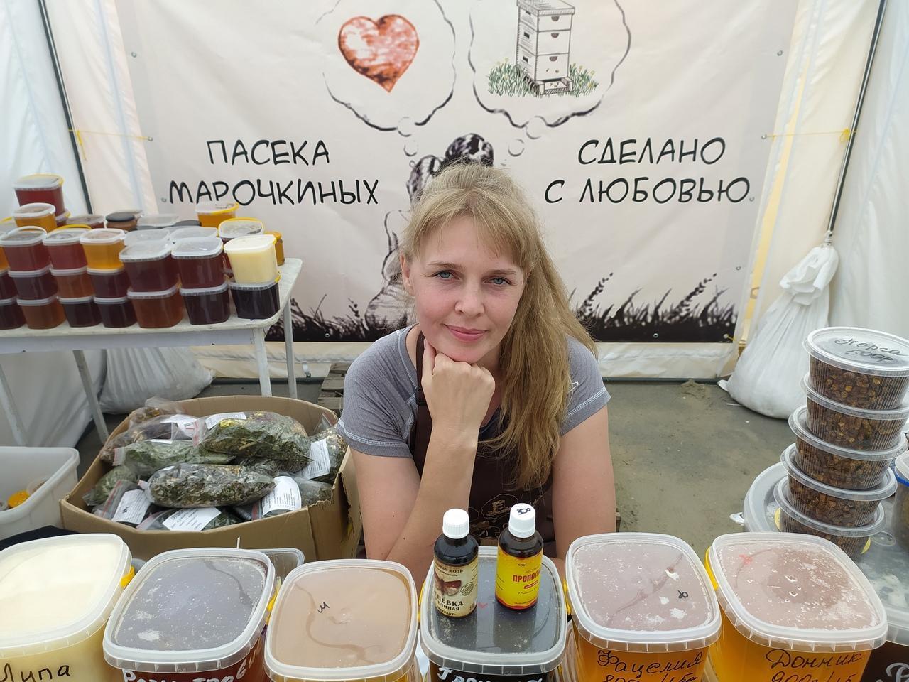 Фото Лизнуть и поставить на весы: в Новосибирске пасечники раскрыли секреты настоящего мёда 6