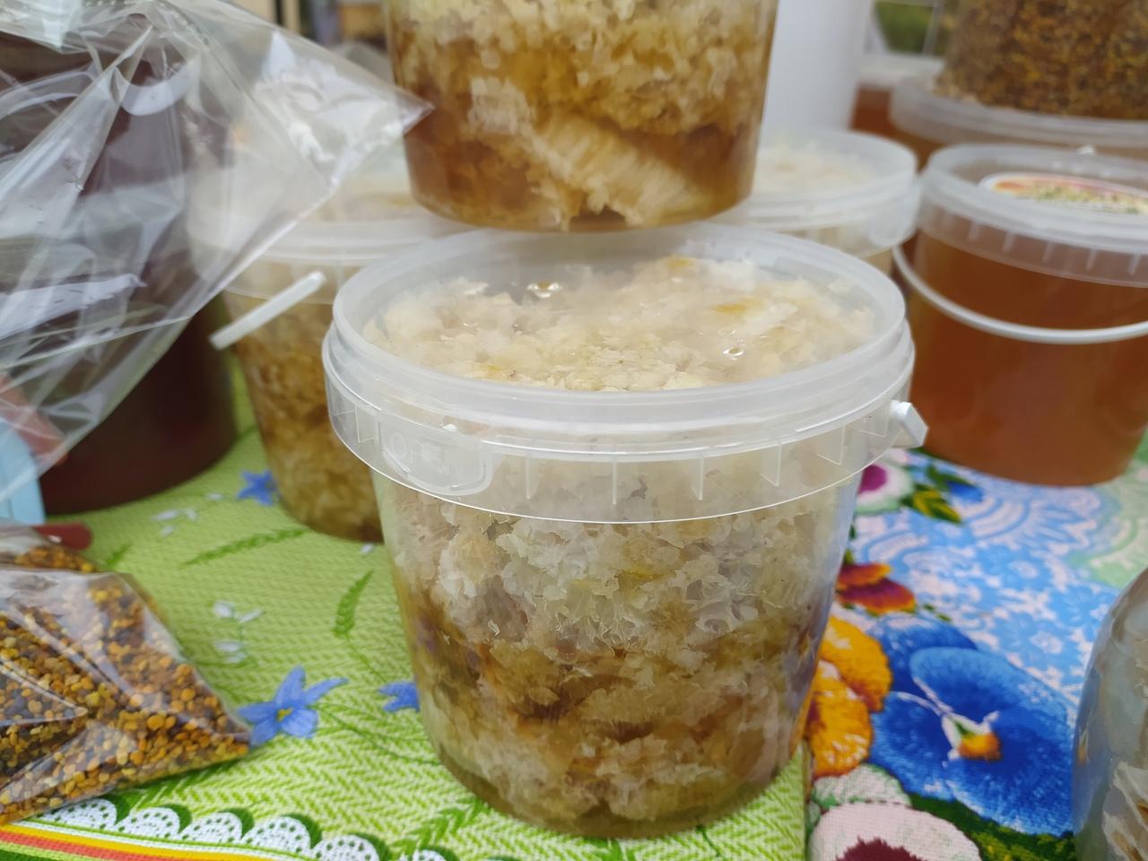 Фото Лизнуть и поставить на весы: в Новосибирске пасечники раскрыли секреты настоящего мёда 7