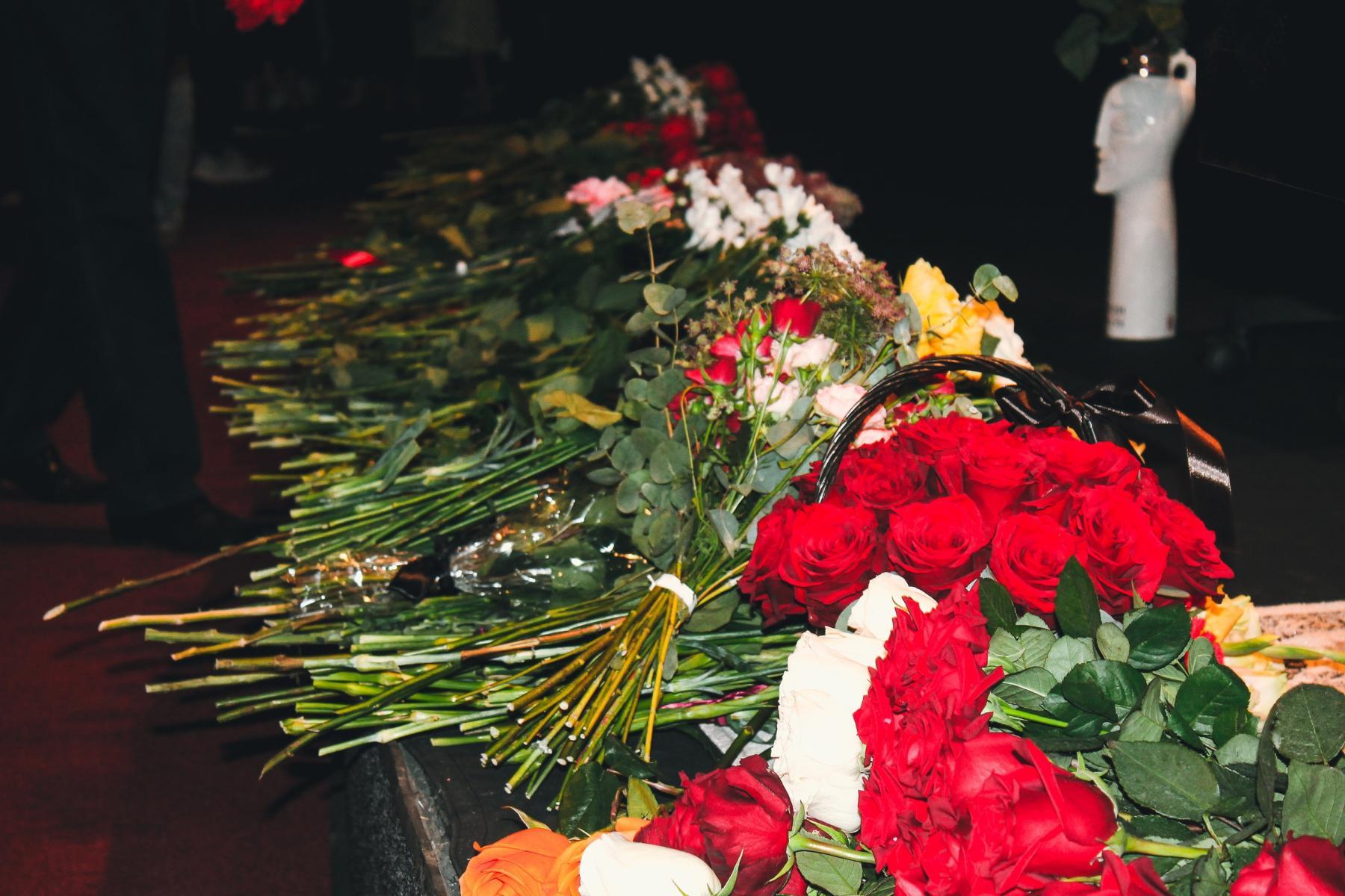 Фото Финальные аплодисменты: как новосибирцы простились с актёром театра «Глобус» Лаврентием Сорокиным (фоторепортаж) 5