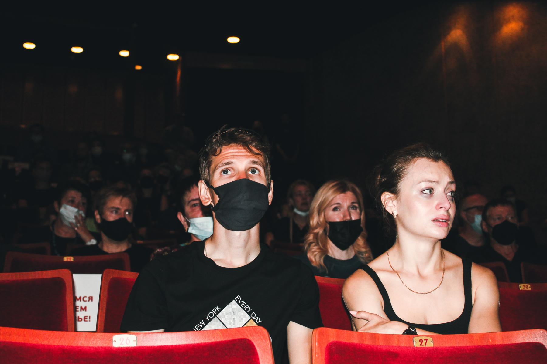Фото Финальные аплодисменты: как новосибирцы простились с актёром театра «Глобус» Лаврентием Сорокиным (фоторепортаж) 3