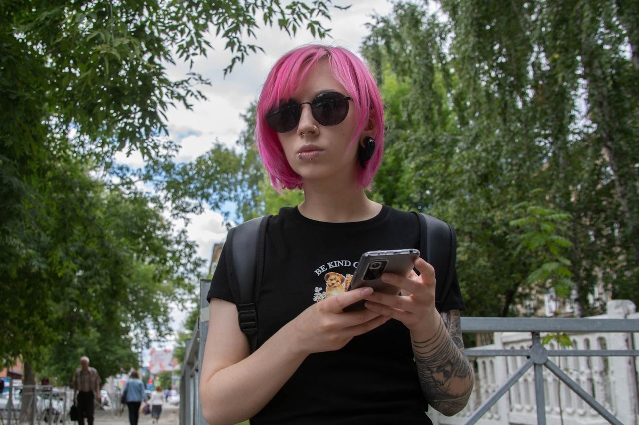 фото Девочки-павлины: Новосибирск захватывает мода на цветные волосы – зачем девушкам синие пряди и почему психологи только за 4